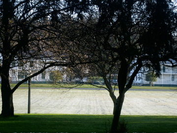 Fort_worden_lawn_in_the_morning